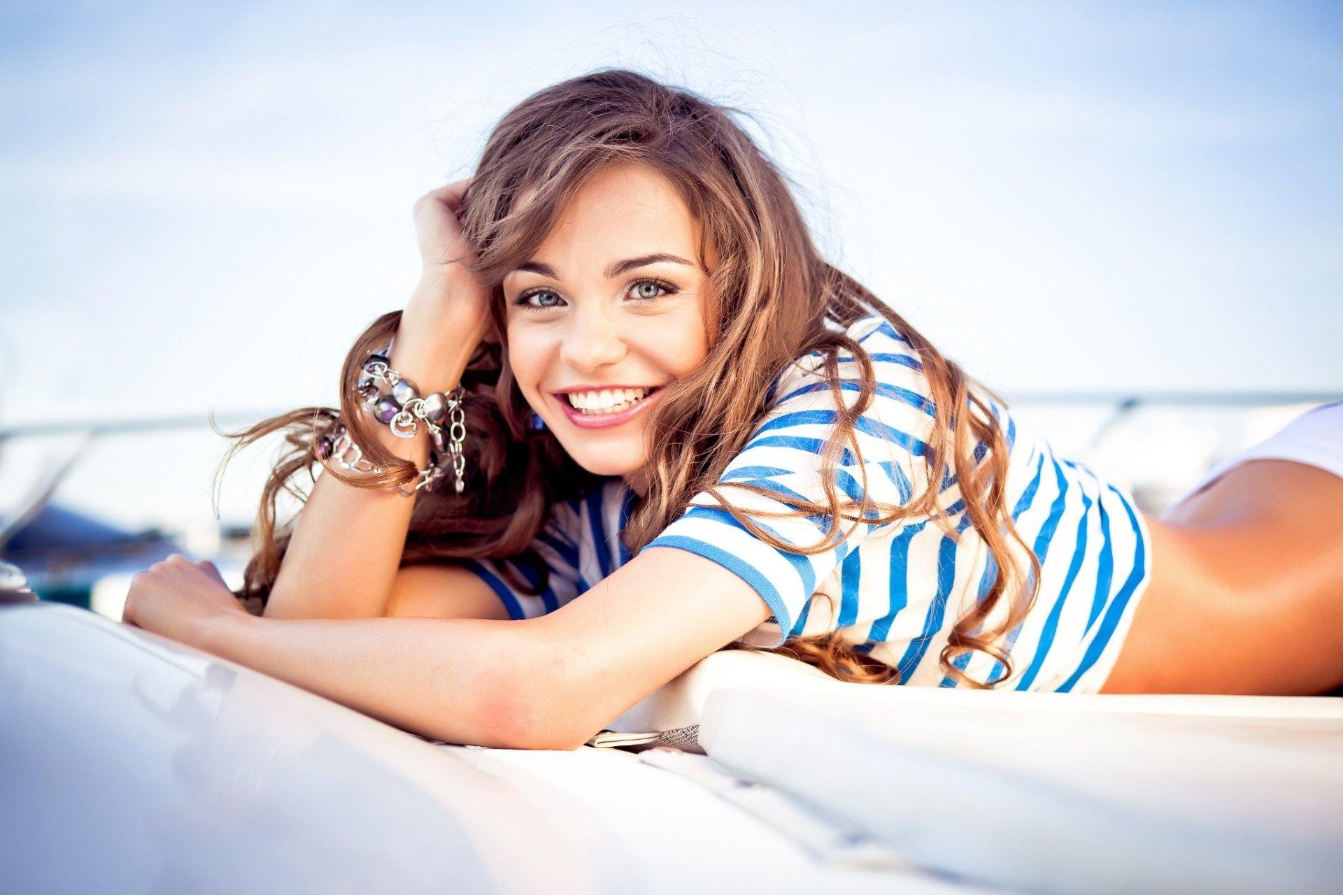 Women - Model  Lying Down Brunette Blue Eyes Smile Wallpaper